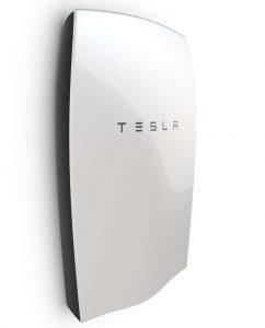 batterie Tesla Powerwall pour stocker de l'énergie fournie par les panneaux solaires