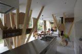 Pièce de vie avec des colonnes bois étagères - Y-House par Kensuke Watanabe - Kamakura, Japon