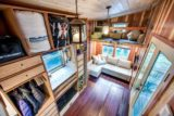 entrée et salon - Basecamp tiny house par Backcountry Tiny Homes - Usa
