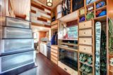 rangement et escalier - Basecamp tiny house par Backcountry Tiny Homes - Usa