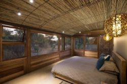 Chambre et grande ouvertures vitrées - maison-pierres-bois par Earthworld Architects - Pretoria, Afrique du Sud