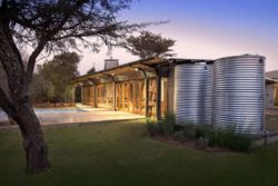 Citerne recueil d'eau et façade terrasse illuminée - maison-pierres-bois par Earthworld Architects - Pretoria, Afrique du Sud