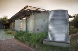 Citerne recueil eau de pluie - maison-pierres-bois par Earthworld Architects - Pretoria, Afrique du Sud