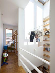 Couloir étage supérieur - tiny-house par Fujiwaramuro-Architects - Kobe - Japon