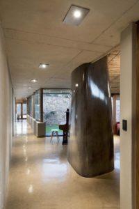 Couloir intérieur - maison-pierres-bois par Earthworld Architects - Pretoria, Afrique du Sud