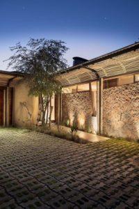 Cour en pavés - maison-pierres-bois par Earthworld Architects - Pretoria, Afrique du Sud