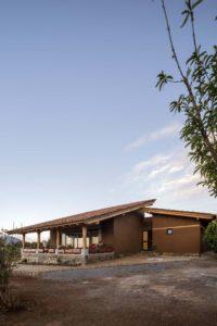 Cour principale extérieure entourée d'arbres - Kumanchikua-House par Moro-Taller-Arquitectura - Tarecuato - Mexique