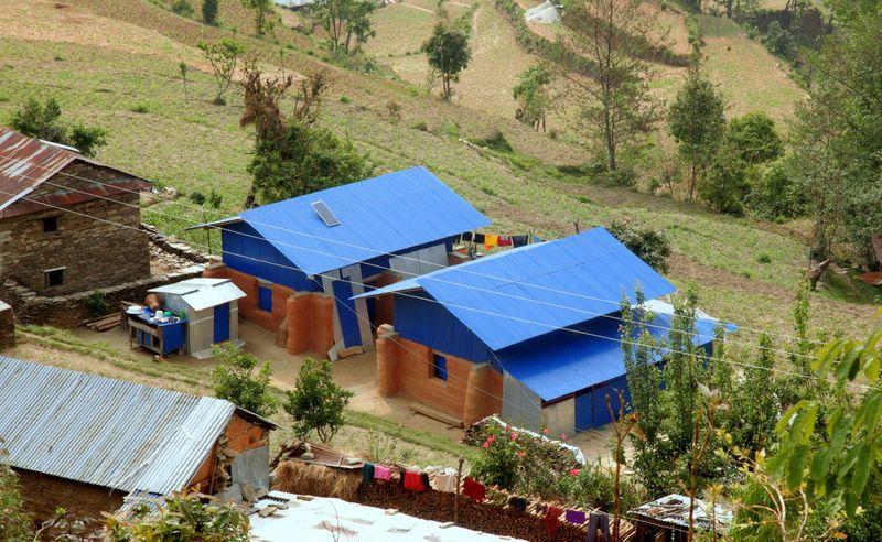 Deux maisons de sacs de terre pour une famille au Npal