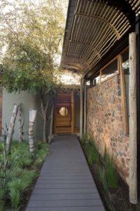 Entrée allée en bois - maison-pierres-bois par Earthworld Architects - Pretoria, Afrique du Sud