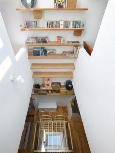 Etagère rangement & vue panoramique séjour - tiny-house par Fujiwaramuro-Architects - Kobe - Japon