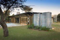 Façade jardin et citerne recueil d'eau - maison-pierres-bois par Earthworld Architects - Pretoria, Afrique du Sud
