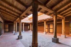 Grande cour avec carrelage recyclé - Kumanchikua-House par Moro-Taller-Arquitectura - Tarecuato - Mexique