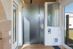 Grande porte entrée et salle de bains fermée - Weel-Pad par LineSync Architecture - Vermont, USA