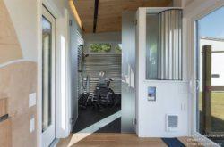 Grande porte entrée et salle de bains ouverte - Weel-Pad par LineSync Architecture - Vermont, USA