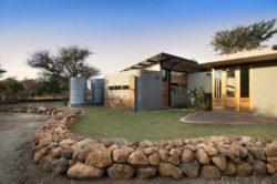 Jardin et façade principale - maison-pierres-bois par Earthworld Architects - Pretoria, Afrique du Sud