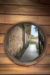 Ouverture portail en bois - maison-pierres-bois par Earthworld Architects - Pretoria, Afrique du Sud