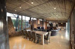 Pièce de vie et plafond en épines d'acacias- maison-pierres-bois par Earthworld Architects - Pretoria, Afrique du Sud