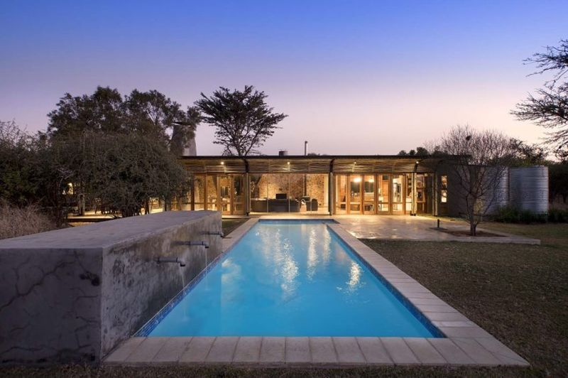 Piscine - maison-pierres-bois par Earthworld Architects - Pretoria, Afrique du Sud