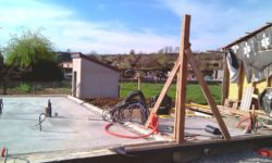 Premier poteau d'angle - auto-construction maison paille Greb - Auvergne - France