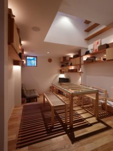 Séjour & petit salon - tiny-house par Fujiwaramuro-Architects - Kobe - Japon