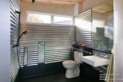 Salle de bains avec protection en métal - Weel-Pad par LineSync Architecture - Vermont, USA