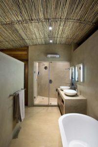 Salle de bains et plafond en épines d'acacias - maison-pierres-bois par Earthworld Architects - Pretoria, Afrique du Sud