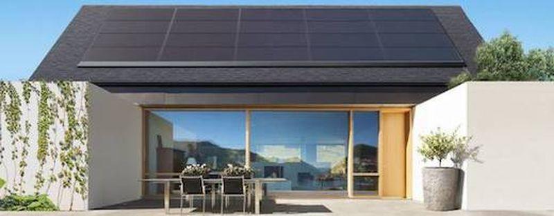 Toiture avec panneaux solaires Tesla