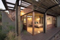 Vue chambre et façade terrasse bois - maison-pierres-bois par Earthworld Architects - Pretoria, Afrique du Sud