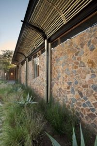 façade mur en pierres - maison-pierres-bois par Earthworld Architects - Pretoria, Afrique du Sud