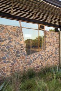 mur en pierres - maison-pierres-bois par Earthworld Architects - Pretoria, Afrique du Sud