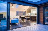 pièce de vie & grande baie vitrée coulissante - ferndale-home par ADarchitecture - Nouvelle-Zelande