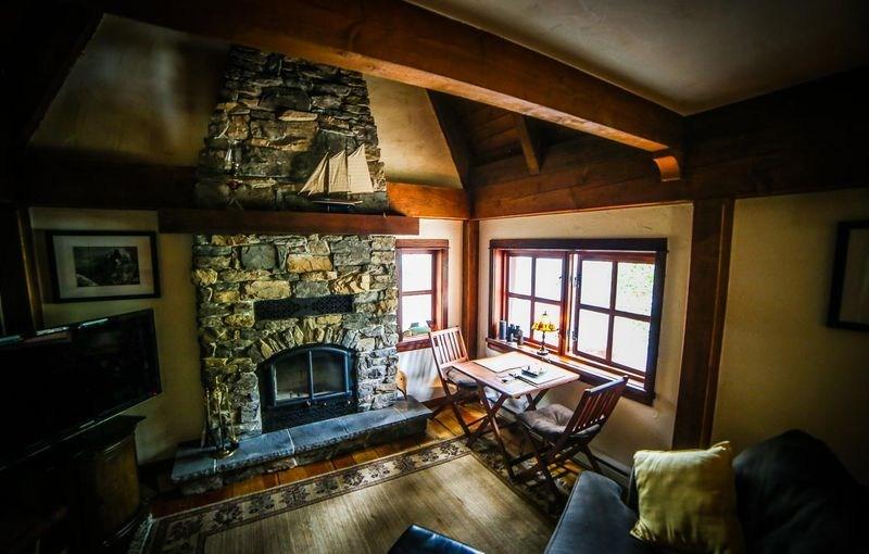 salon avec cheminée en pierres - Winckler cottage par Lindcroft Custom Dwellings - Vancouver - Canada_05