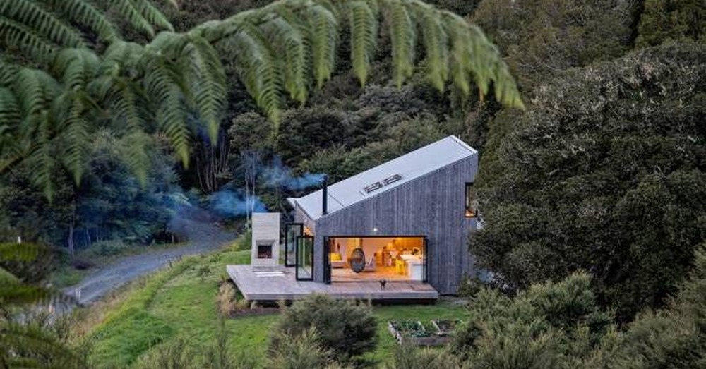 house design and build auckland with Charmante Petite Maison Bois Nichee Dans Le Bush Land En Nouvelle Zelande on 33 together with Modernist Lego House in addition Cute Lord Of The Rings Hobbit Houses In New Zealand besides Tiny House On Wheels 30 furthermore Windows 2.