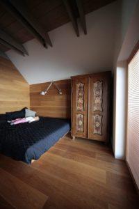 Chambre avec revêtement en bois - Alpine-hut par OFIS-arhitekti - Stara Fuzina, Slovenie