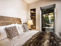 Chambre et accès terrasse en hauteur - Woodman-Treehouse par Mallinson-BEaM-studio - Angleterre