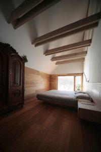 Chambre et revêtement sol en bois - Alpine-hut par OFIS-arhitekti - Stara Fuzina, Slovenie