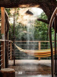 Douche extérieur et vue paysage - Woodman-Treehouse par Mallinson-BEaM-studio - Angleterre