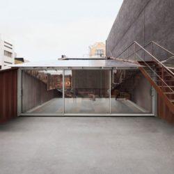 Grande baies vitrées coulissantes et escalier extérieur - Carroll-House par studio-Lot-Ek - Brookyln, USA