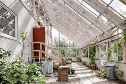 Grande terrasse bois avec jardin intérieur -Solar-powered par Eklund Stockholm - Goteborg, Suede