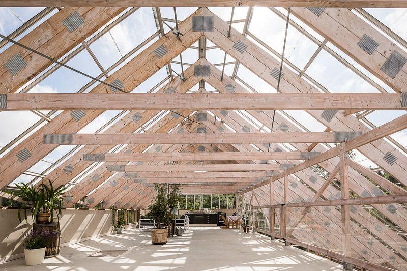 Grenier amané avec mobilier et plantes - A-Frame par Eklund Stockholm - Goteborg, Suede