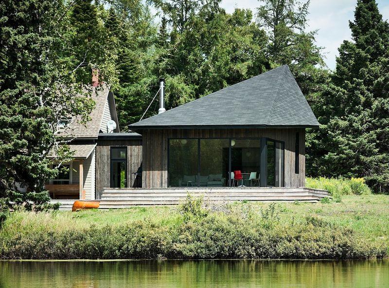 Cours d'eau et vue salon-Les soeurs par Anik Péloquin architecte - La Malbaie - Canada