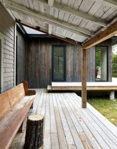 terrasse et longue chaise bois -Les soeurs par Anik Péloquin architecte - La Malbaie - Canada