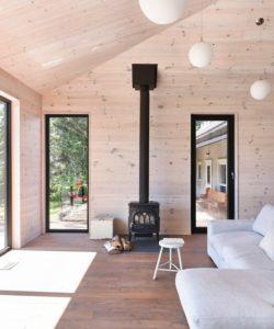 salon et cheminee-Les soeurs par Anik Péloquin architecte - La Malbaie - Canada