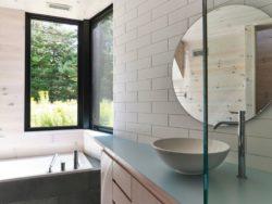 Salle de bains - Les soeurs par Anik Péloquin architecte - La Malbaie - Canada
