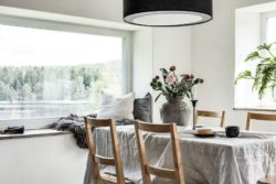 Séjour et grande baie vitrée - Solar-powered house par Eklund Stockholm - Goteborg, Suede