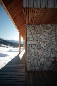 Terrasse bois et mur en pierres - Alpine-hut par OFIS-arhitekti - Stara Fuzina, Slovenie