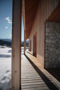 Terrasse et poutre en bois - Alpine-hut par OFIS-arhitekti - Stara Fuzina, Slovenie