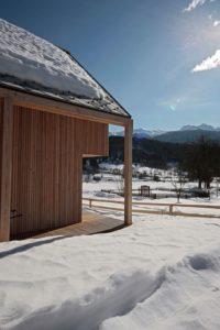 toit en pente en période hivernale - Alpine-hut par OFIS-arhitekti - Stara Fuzina, Slovenie