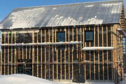 Assemblage toiture et façade bois - Springhouse par Sarah Cobb - William Murray - Abercorn, Quebec