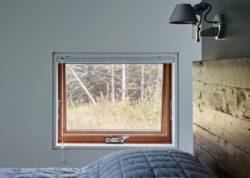 Baie vitrée chambre - Lockeport-Beach-House par Nova Tayona Architects - Nouvelle-Ecosse, Canada © Janet Kimber